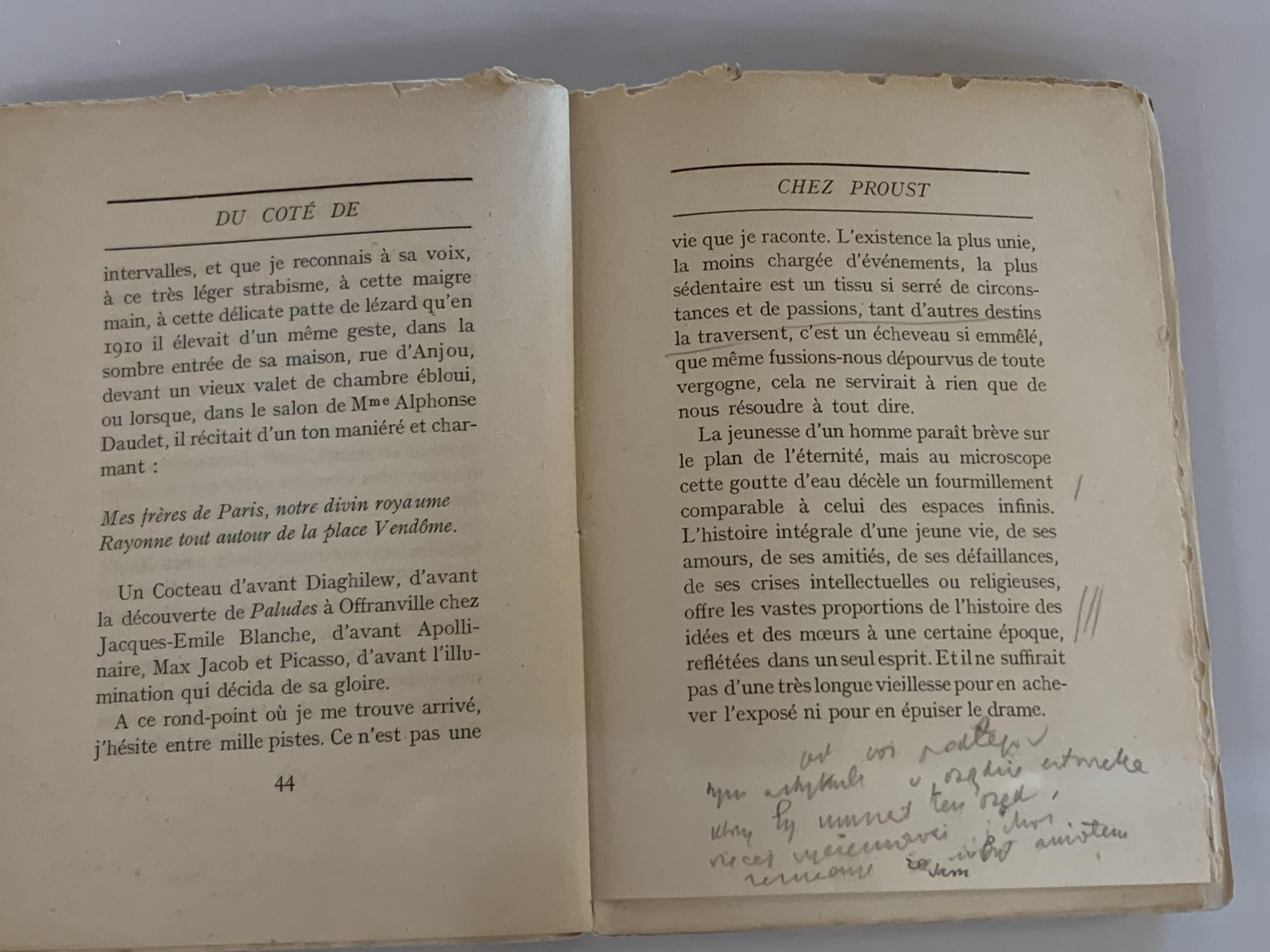 """Книга Франсуа Мориака """"В направлении Пруста"""" с пометками Юзефа Чапского представлена на выставке в Фонде Яна Михальского. La Table ronde, Париж, 1947 г. Частная коллекция"""