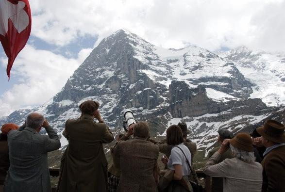 Зрители в долине (кадр из фильма Nordwand)