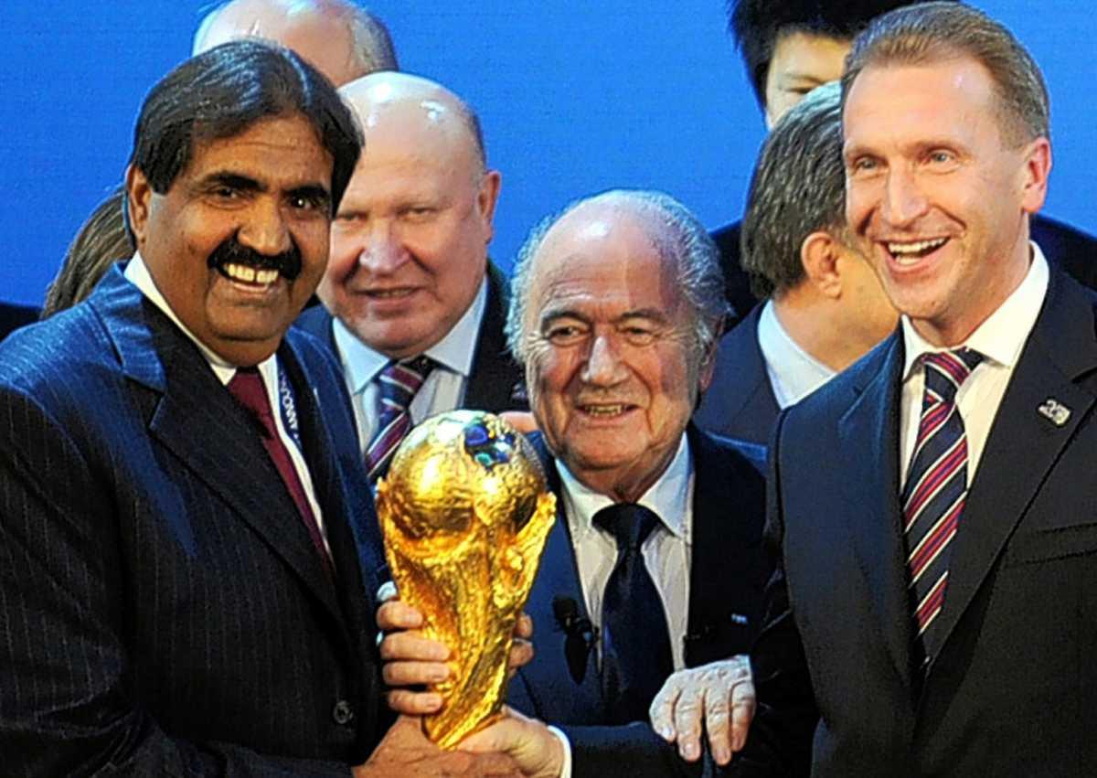 На фото - Эмир Катара шейх Хамад, президент ФИФА Зепп Блаттер и первый заместитель Председателя правительства РФ Игорь Шувалов
