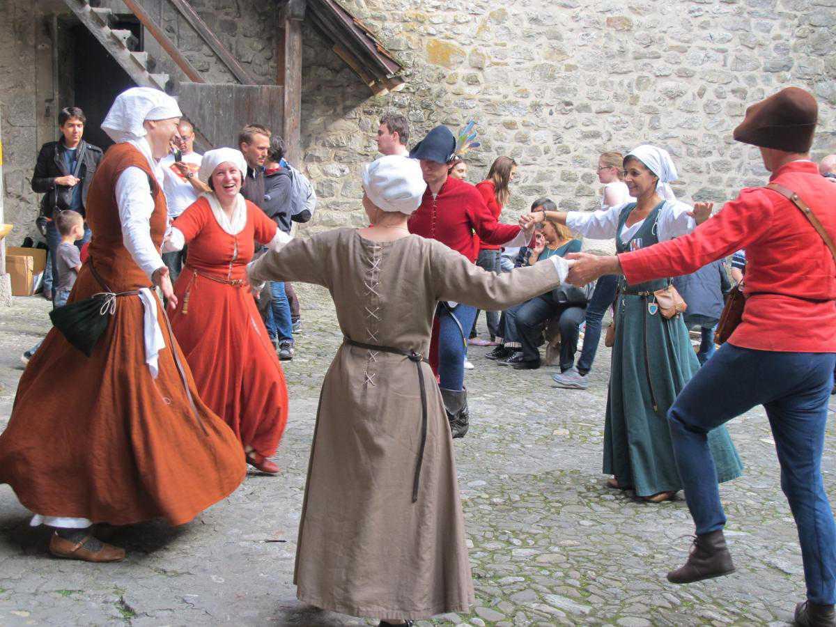 Средневековые танцы в картинках