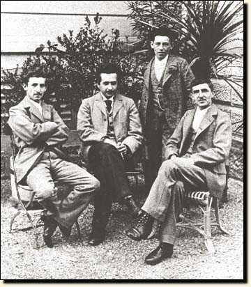 На этом фото изображены математик Марсель Гроссман и физик Альберт Эйнштейн, познакомившиеся во время учебы в ETH Цюриха и работавшие в Швейцарии. Оба они иностранцы
