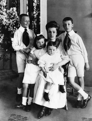 http://www.nashagazeta.ch/sites/default/files/articles0/nabokov_family_small_0.jpg