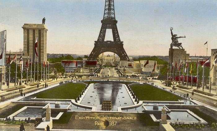 Павильон Германии (римская цифра 3) и павильон СССР (скульптурная группа «Рабочий и колхозница») на Эскпо-1937 в Париже